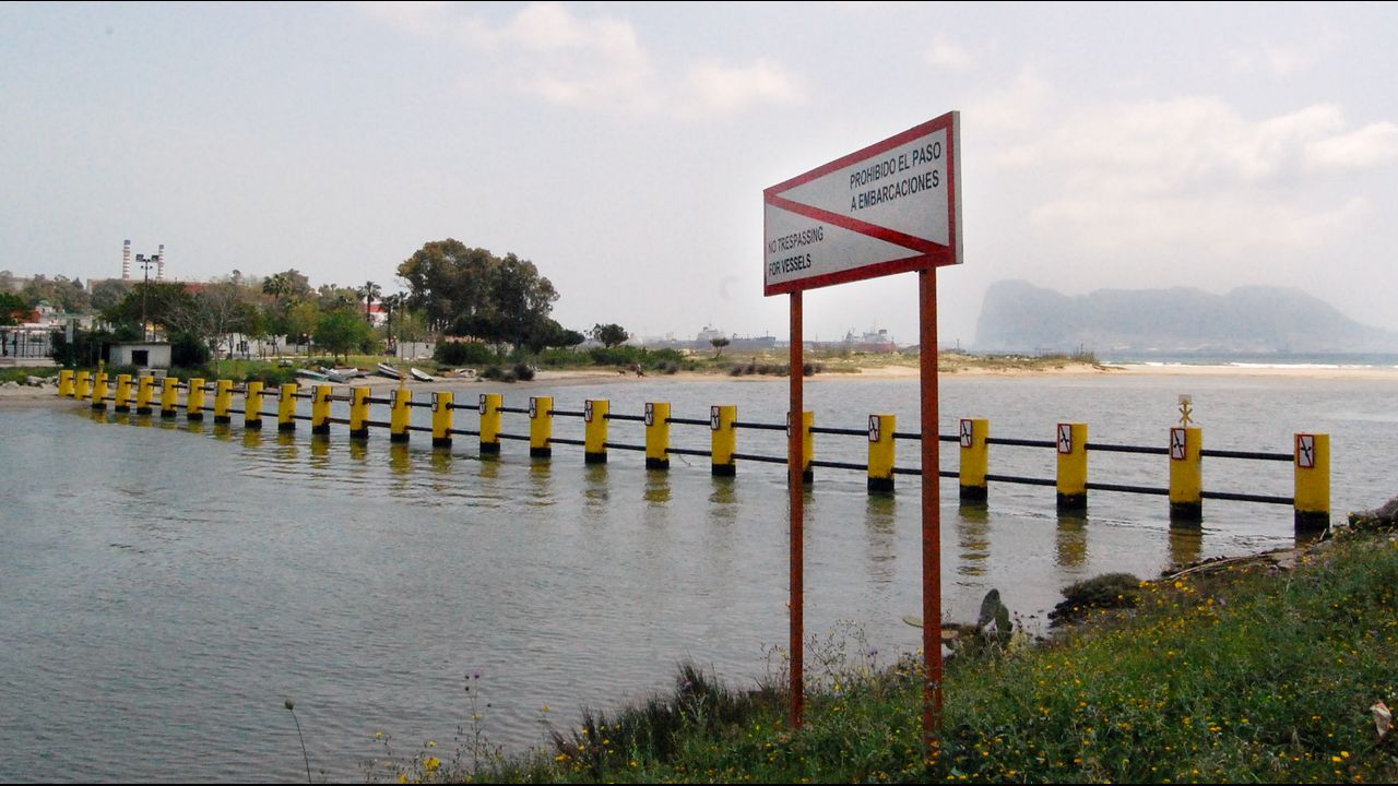 Segundo dique levantado en el río Guadarranque para frenar el flujo de lanchas