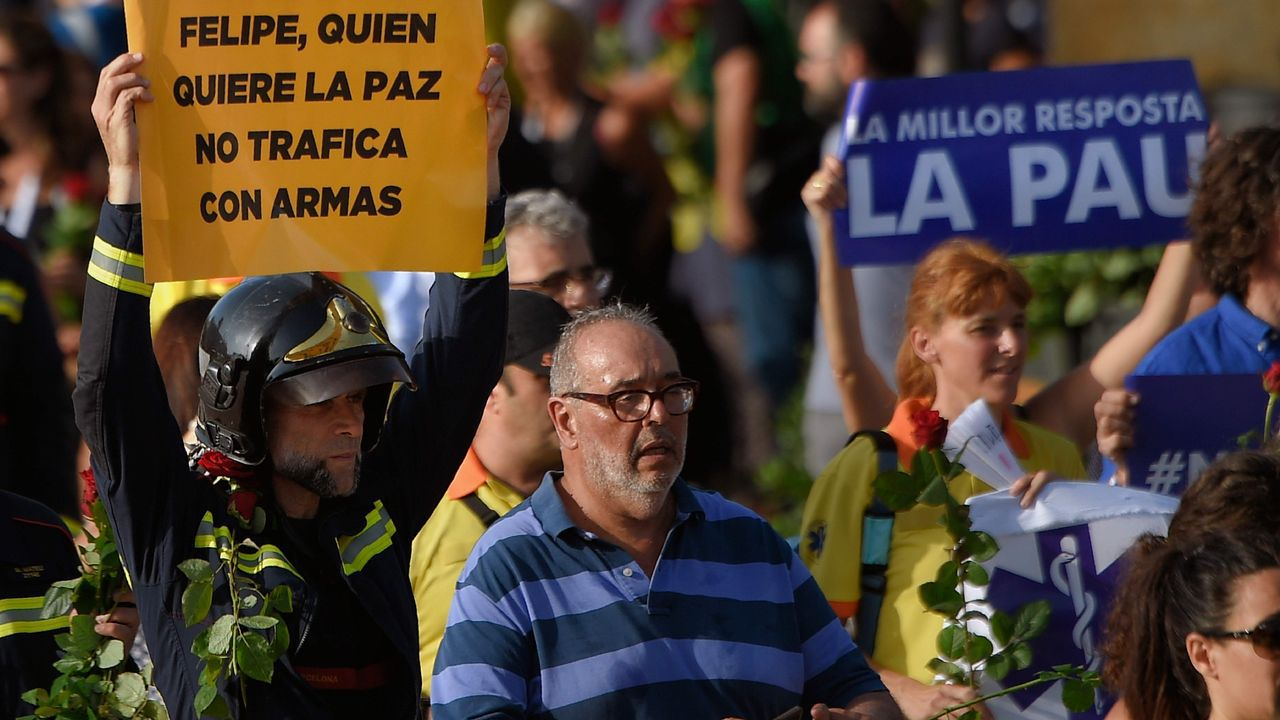 Pitos y abucheos al Rey y a Rajoy en la manifestación.Pablo Iglesias, la alcaldesa de Barcelona Ada Colau, y el portavoz de En Comú Podem Xavier Domènech durante el acto de Catalunya en Comú con motivo de la Diada