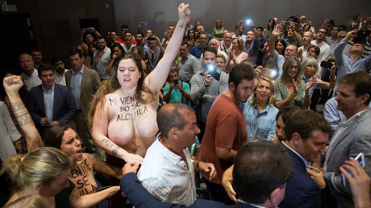 Activistas de Femen increpan a Albert Rivera a propósito de la gestación subrogada