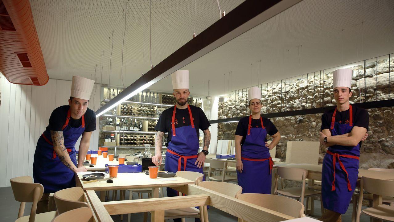 A Coruña. En el recién inaugurado restaurante Nado, de Iván Domínguez, los clientes comparten mesa.