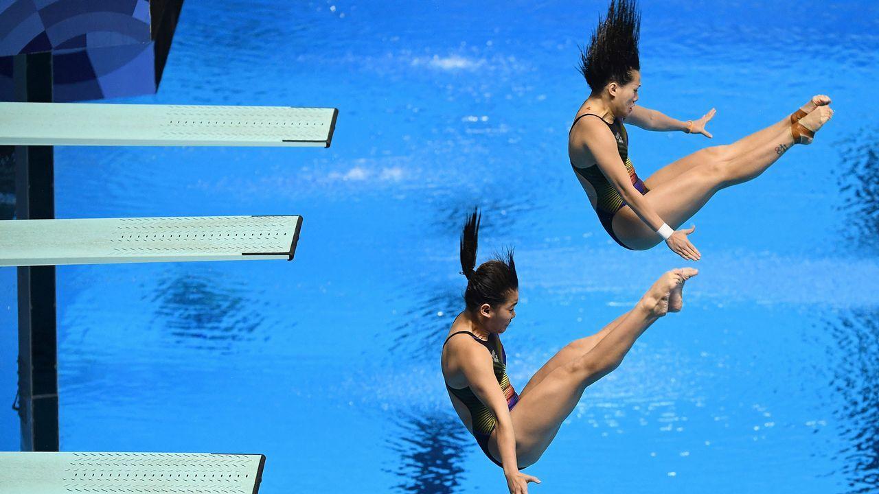 .Sabri Nur Dhabitah y Ng Yan Yee de Malasia actúan en la prueba de trampolín sincronizado femenino de 3m durante los Juegos Asiáticos 2018 en Yakarta
