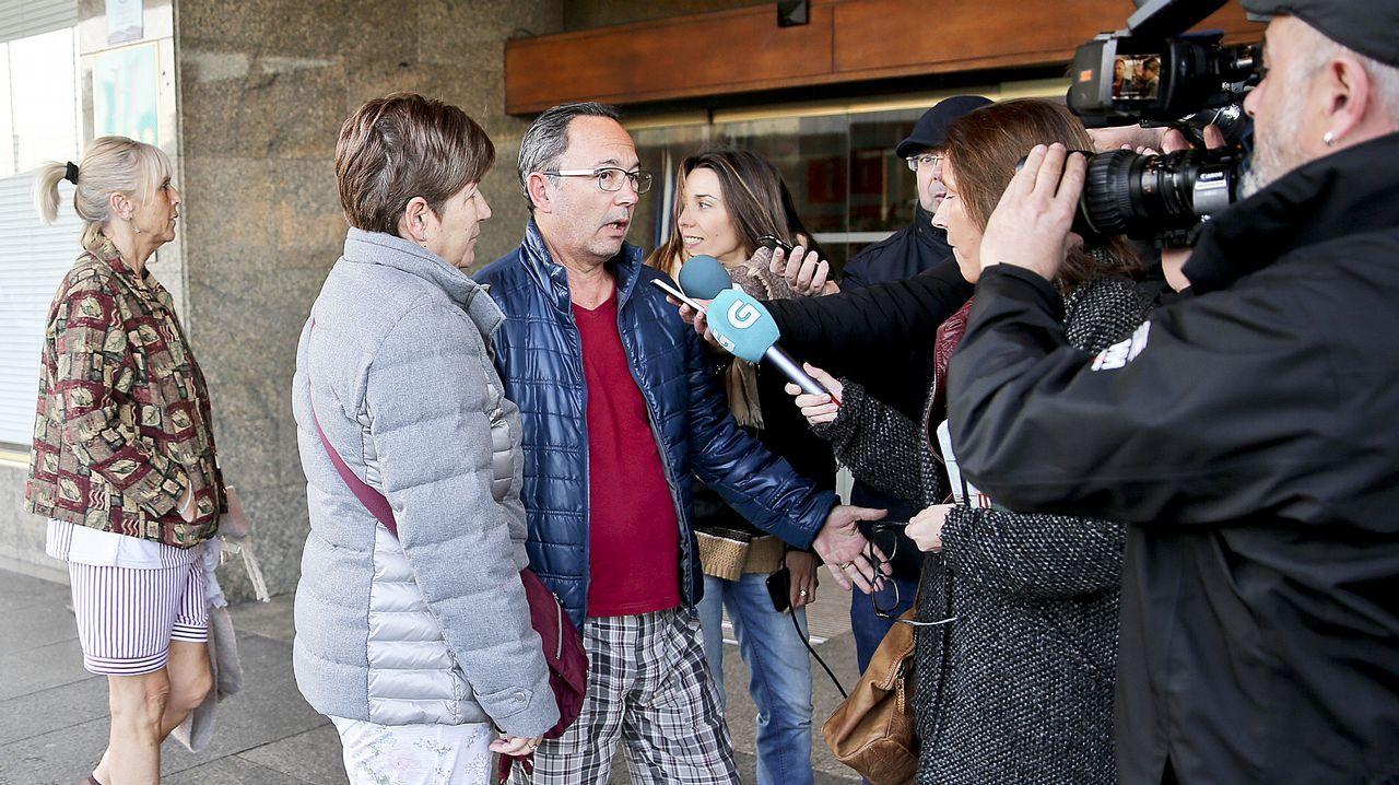 Un bombero participa en las labores de extinción del incendio declarado en Asturias