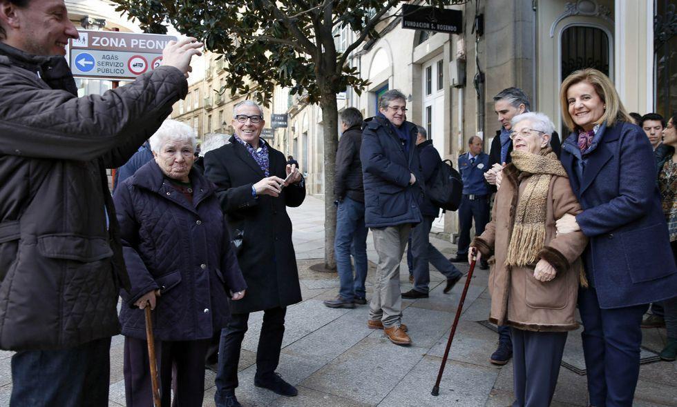 Báñez posa a la salida del acto sobre política social, donde se dieron cita muchos pensionistas.