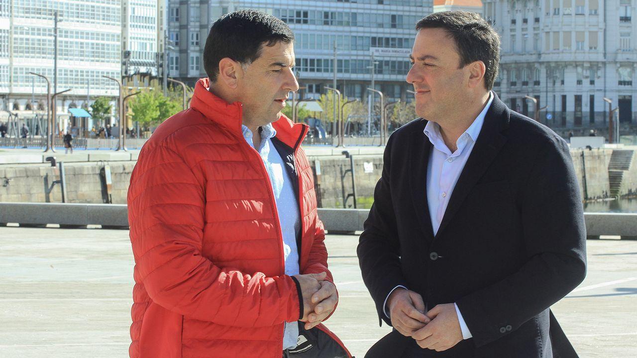 Meizoso (izquierda), junto a Valentín González Formoso, alcalde de As Pontes y presidente de la Deputación de A Coruña