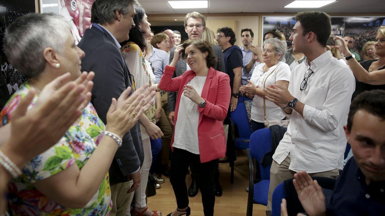 .Sáenz de Santamaría, con Feijoo, en la sede del PP coruñés, donde reunió a 200 simpatizantes