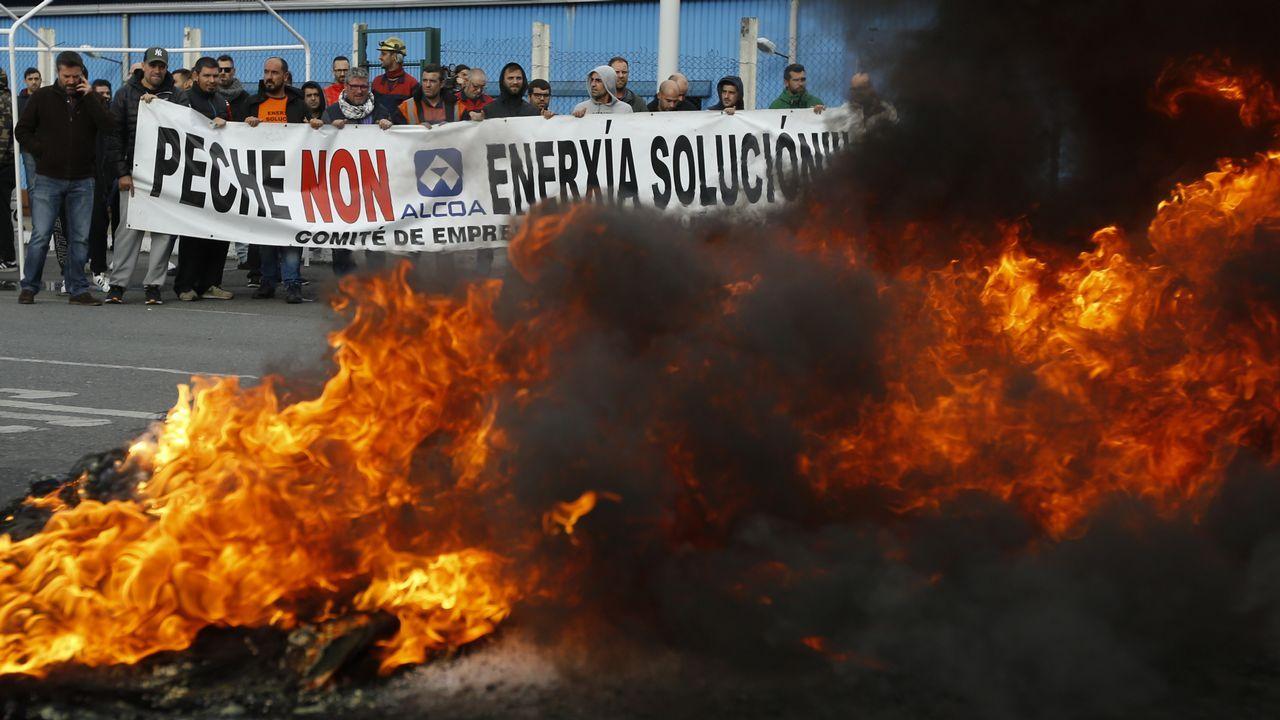 Los trabajadores de Alcoa se unen para protestar en San Cibrao.Los trabajadores de Alcoa se unen para protestar en San Cibrao