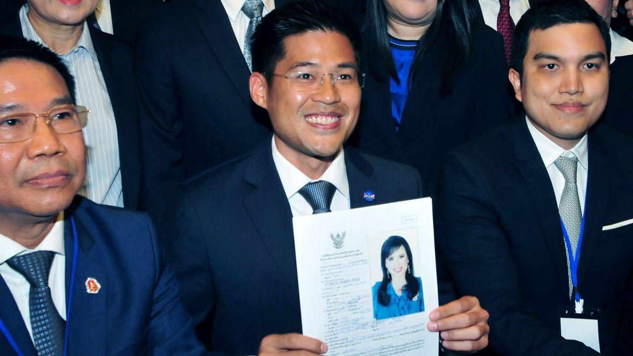 Imagen tomada el pasado 8 de febrero que muestra al líder del partido Thai Raksa Chart, registrando la candidatura de la princesa Ubolratana