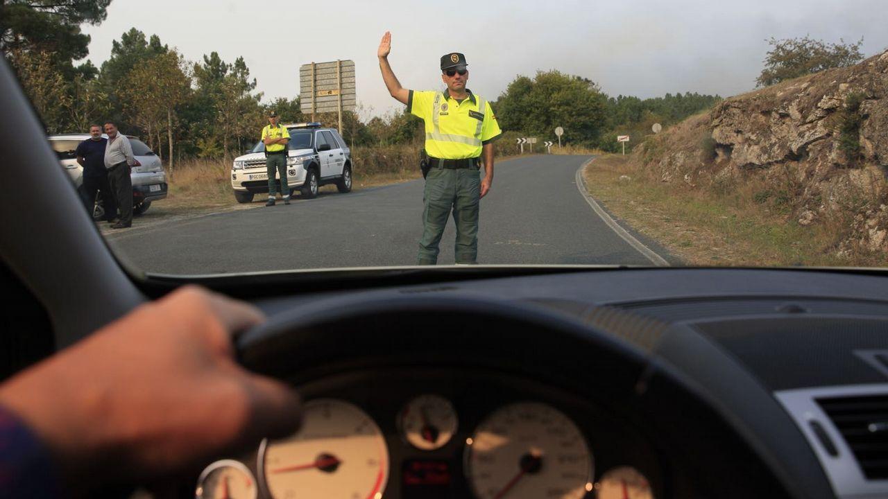 Corte en la carretera OU-405 en Cea por un incendio