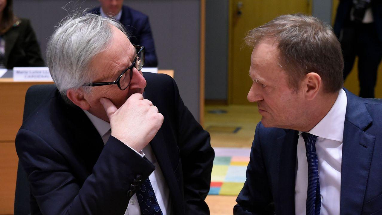 Miles de británicos salen a la calle para exigir que Reino Unido se quede en la UE.El presidente de la Comisión Europea, Jean Claude Juncker, y el presidento del Consejo Europeo, Donald Tusk