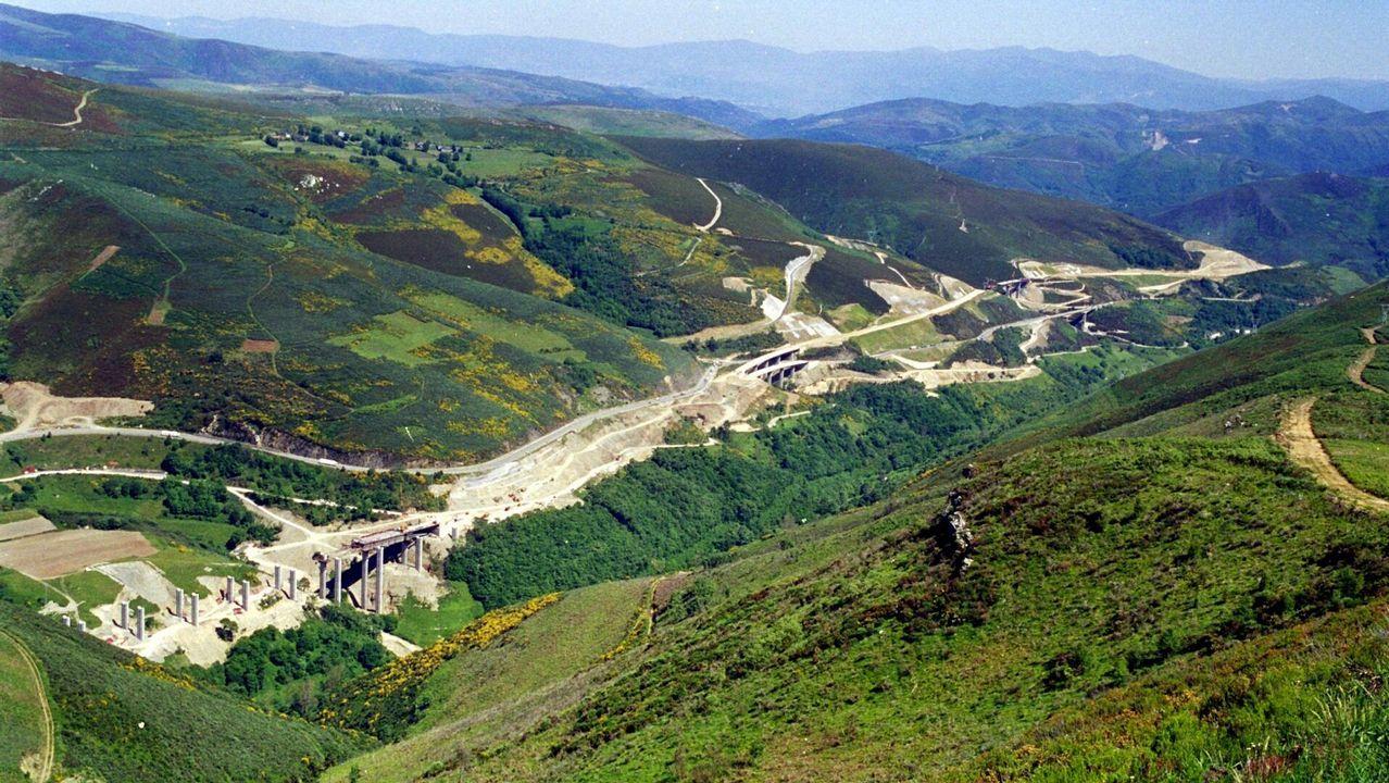 Puerto de Pedrafita de la A-6 en León en el año 2000. La imagen muestra cómo se excavó la ladera para hacer la Autovía del Noroeste en la parte de León, antes del túnel de Pedrafita. Las obras tuvieron en esta zona numerosas dificultades al levantarse algunos de los taludes más altos de la Red de Carreteras de España. óscar cela
