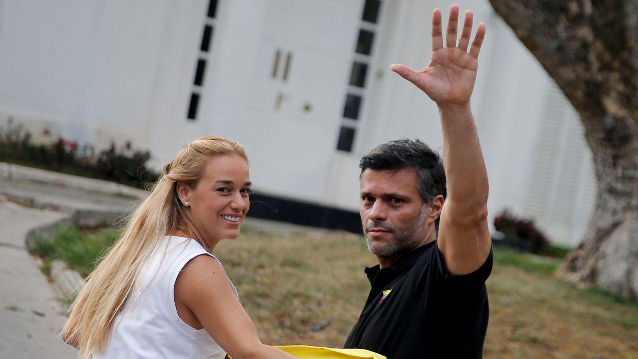 Lilian Tintori y Leopoldo López, tras un encuentro el 5 de mayo con la prensa a las puertas de la embajada de España
