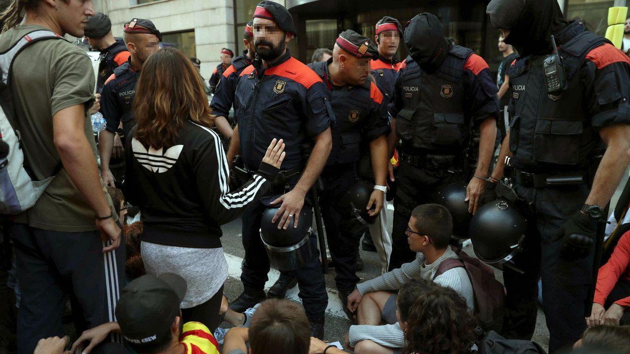 q.Concentración ante la sede de la consellería de Exteriores de la Generalitat
