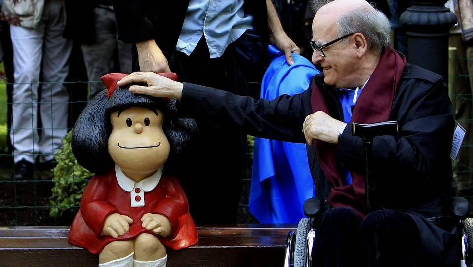 El humorista gráfico Joaquín Salvador Lavado Tejón, Quino, Premio Príncipe de Asturias de Comunicación y Humanidades, junto a la escultura de Mafalda en Oviedo.