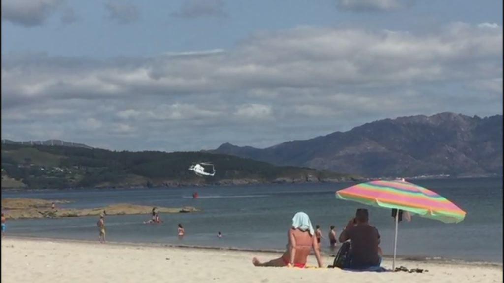 Helicópteros contraincendios repostando agua en las playas de Fisterra