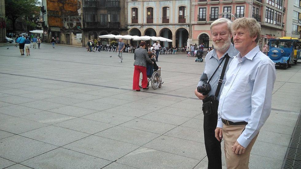 Martin Rickards e Ian Davis en la plaza de España de Avilés.Martin Rickards e Ian Davis en la plaza de España de Avilés