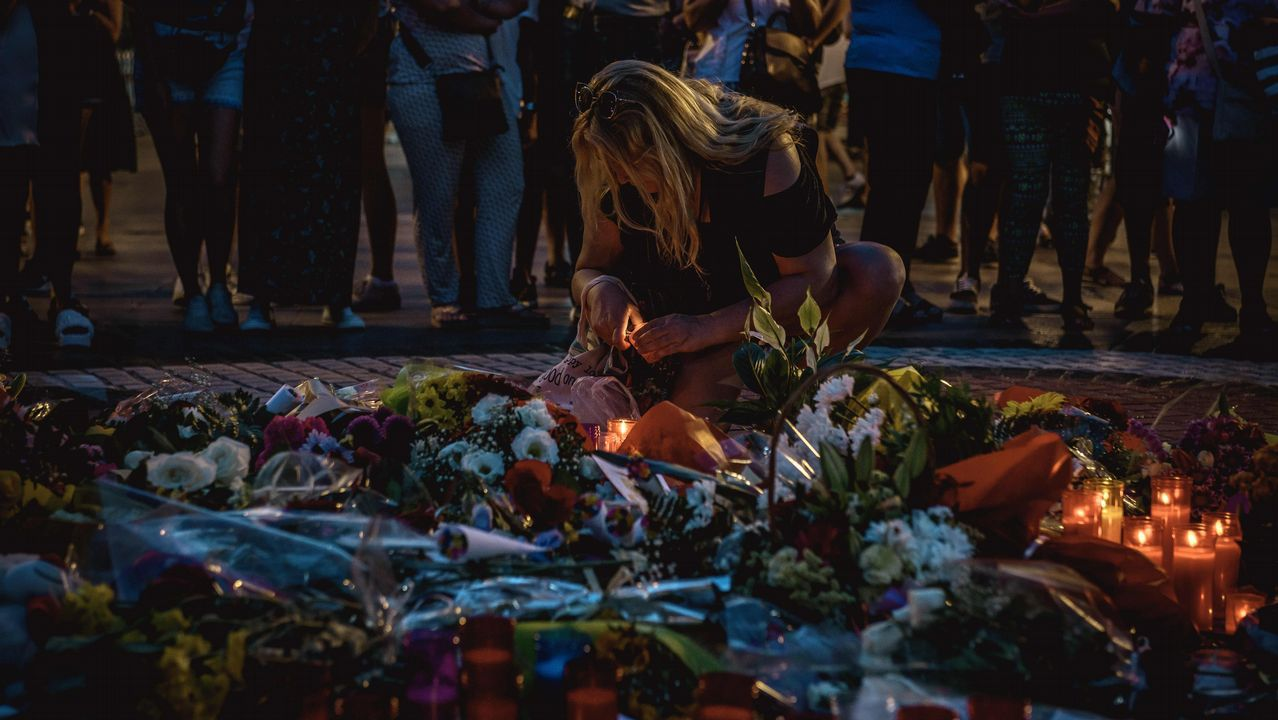 .El mosaico de Joan Miró de La Rambla de Barcelona vuelve a convertirse en un improvisado altar en homenaje a las víctimas del atropello que causó catorce muertos y decenas de heridos en la calle más emblemática de la capital catalana.