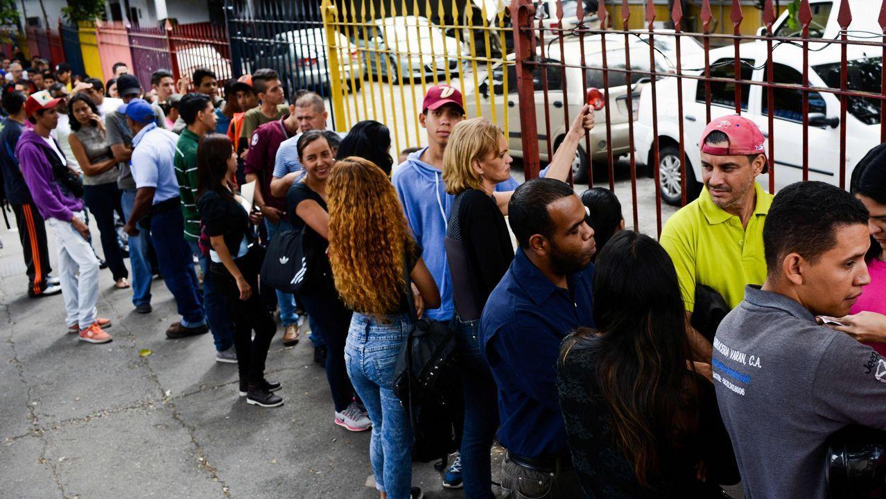 .Venezolanos esperando para participar en el proceso electoral