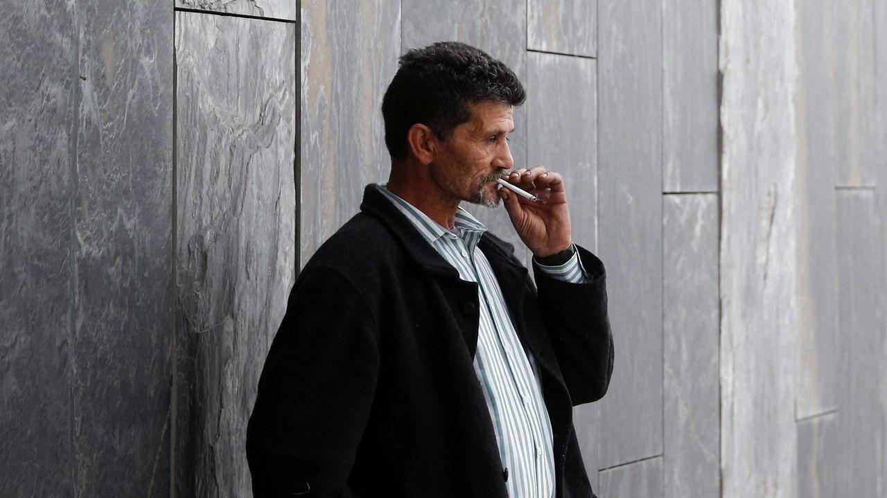 José Carlos Giménez, el padre del interno de la prisión de Asturias al que los médicos dieron por muerto y que recobró el conocimiento después de trasladarle al Instituto Anatómico Forense para practicarle la autopsia, en la entrada del Hospital Universitario Central de Asturias (HUCA)