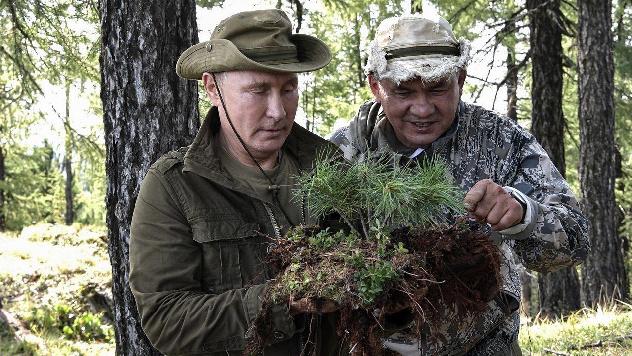 Admirando la vegetación de la zona junto al ministro de Defensa Serguei Shoigu en la reserva natural de Sayano-Shushensky