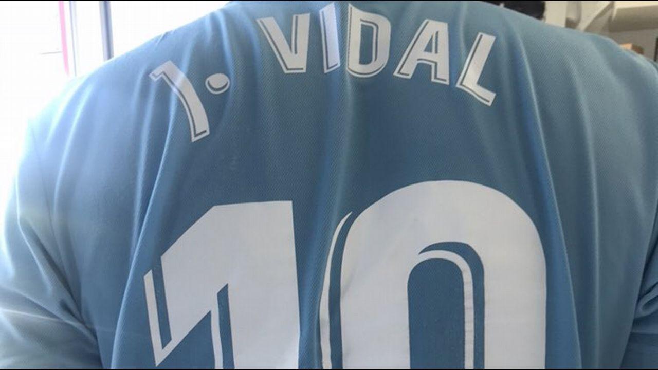 La camiseta con el nombre de su abuelo y el 10 de Aspas