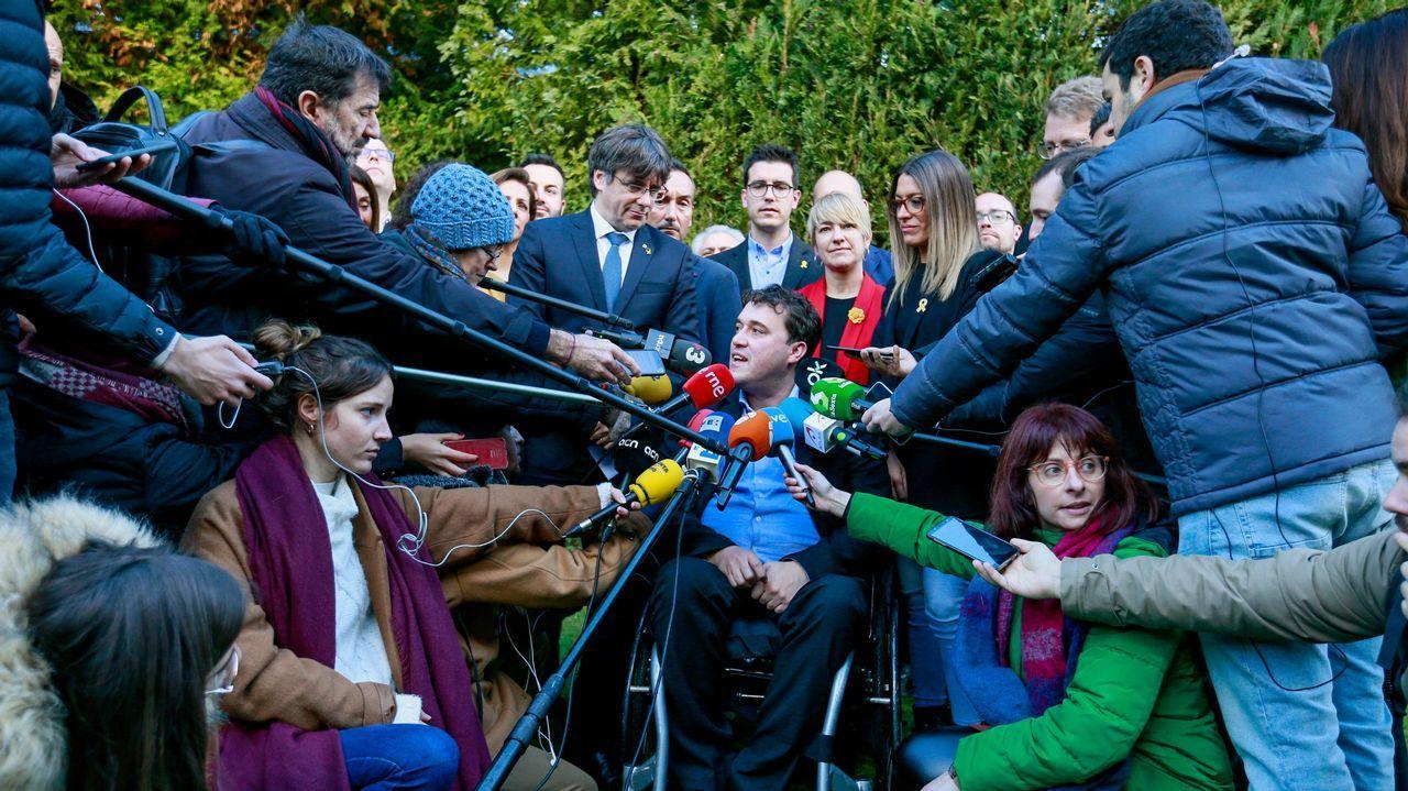 El presidente del PDECat, David Bonvehí, atiende a la  prensa en presencia de Puigdemont en Waterloo.