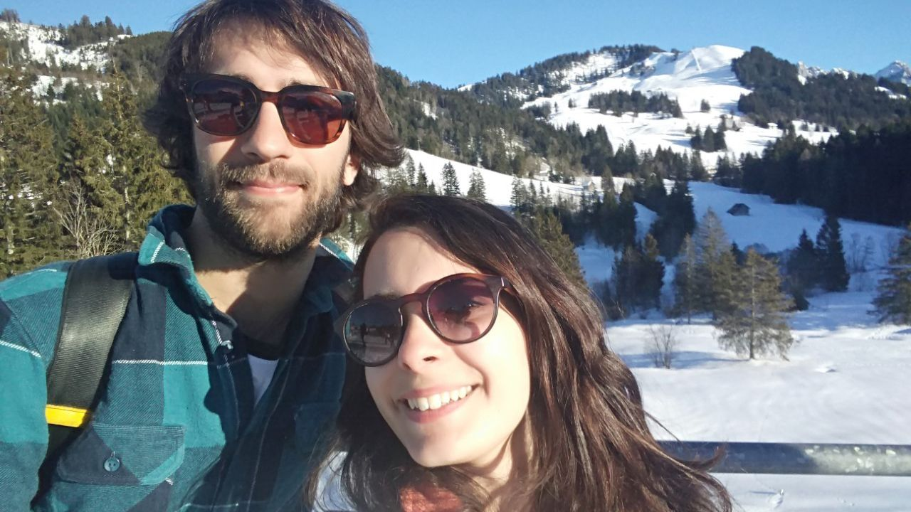 Sara Noriega junto a su novio en Suiza