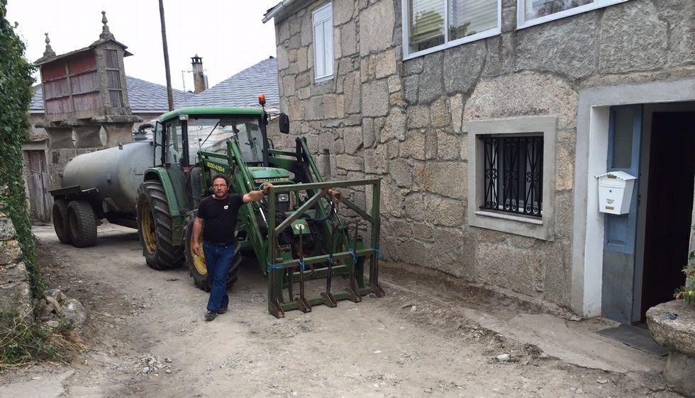 .José Ramón García colocó el tractor ante su casa para evitar que hicieran las obras.