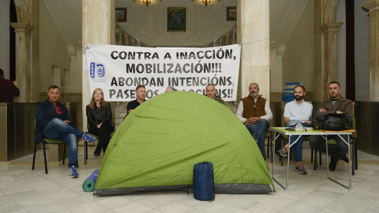 Javier Fernandez, junto a representantes sindicales y la alcaldesa de Aviles