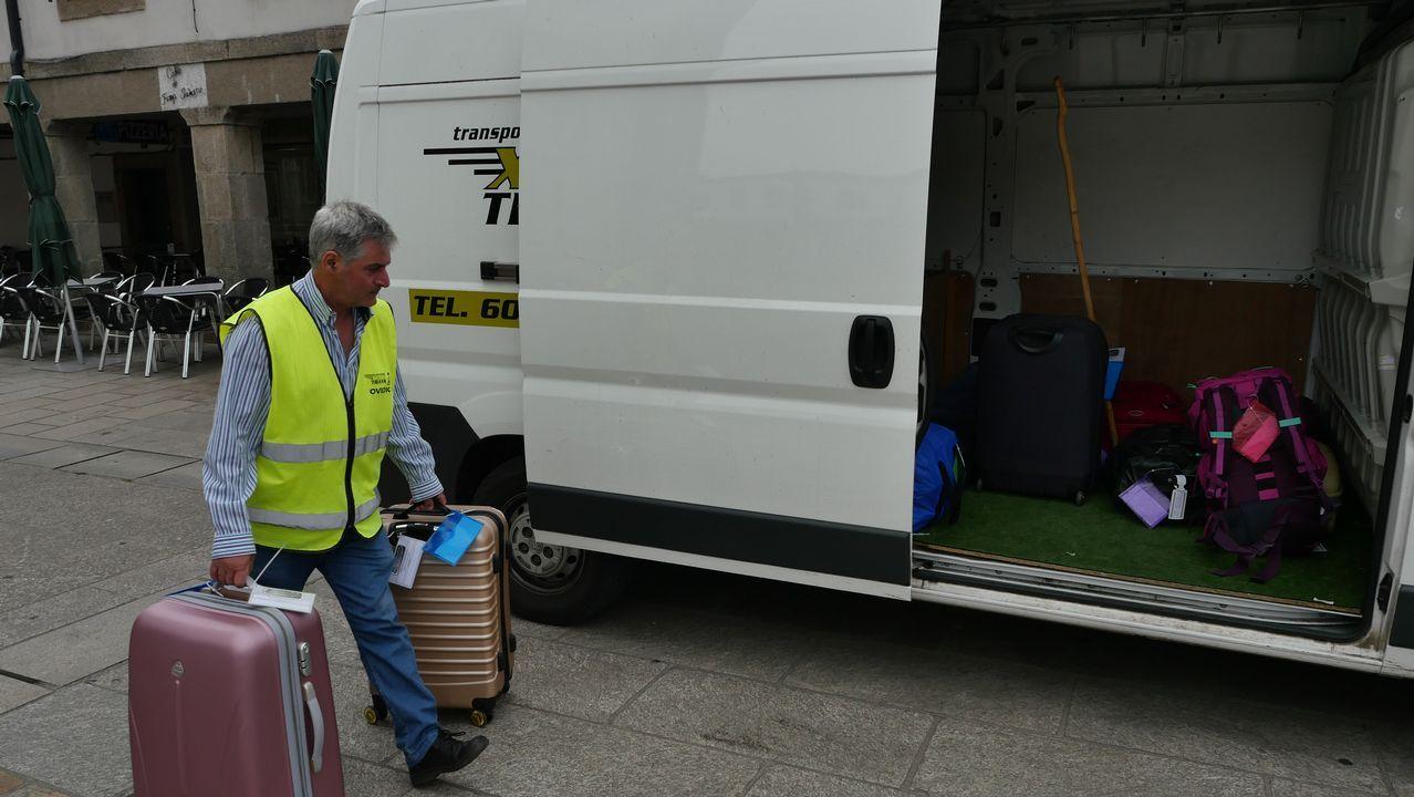 Ovidio Fandiño se encarga del transporte de mochilas. Aquí lo vemos cargando en Portomarín