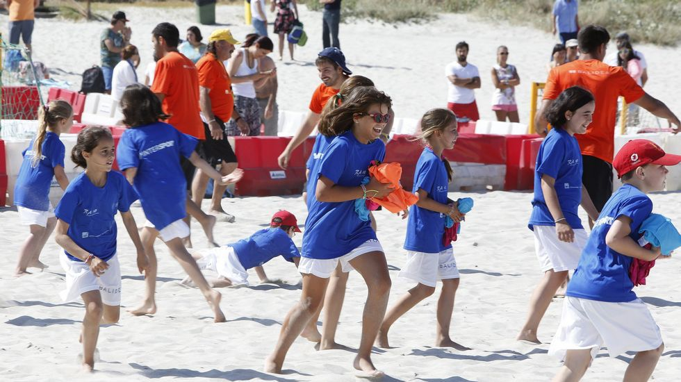 Un grupo de nenos de Novozybkov, cidade afectada polo desastre nuclear de Chernóbil, xogán na praia de Sabón (Arteixo) grazas á oenegué Ledicia Cativa