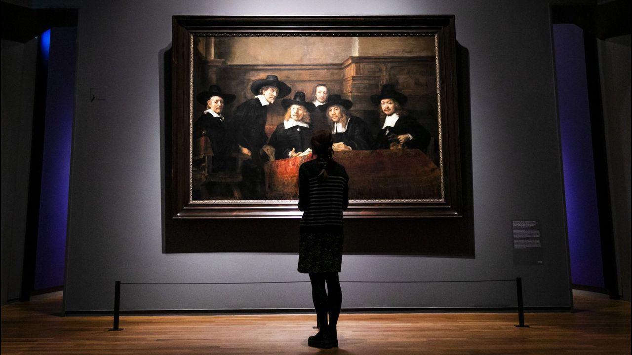 barrie.Una visitante del Rijksmuseum contempla el cuadro de Rembrandt «Los síndicos de los pañeros»