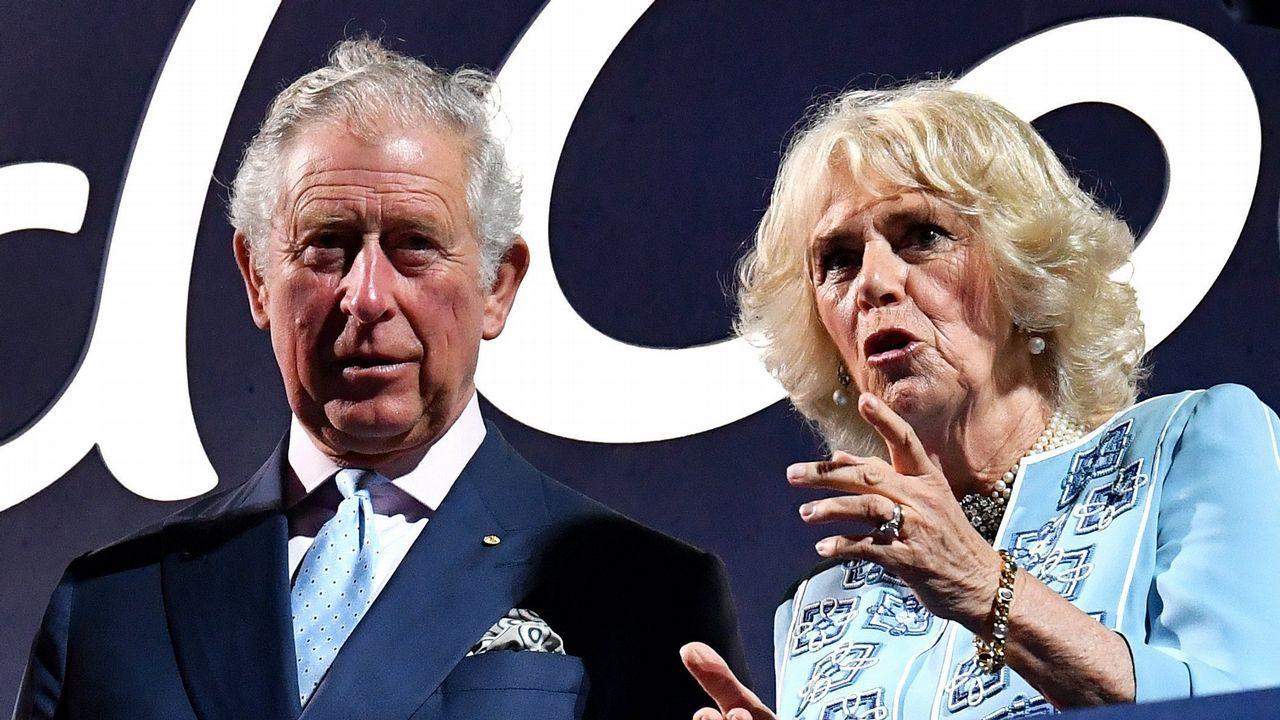 El príncipe Carlos de Inglaterra y su mujer, la duquesa Camilla de Cornualles, asisten a la ceremonia de inauguración de los XXI juegos de la Commonwealth en el estadio Carrara (Australia)