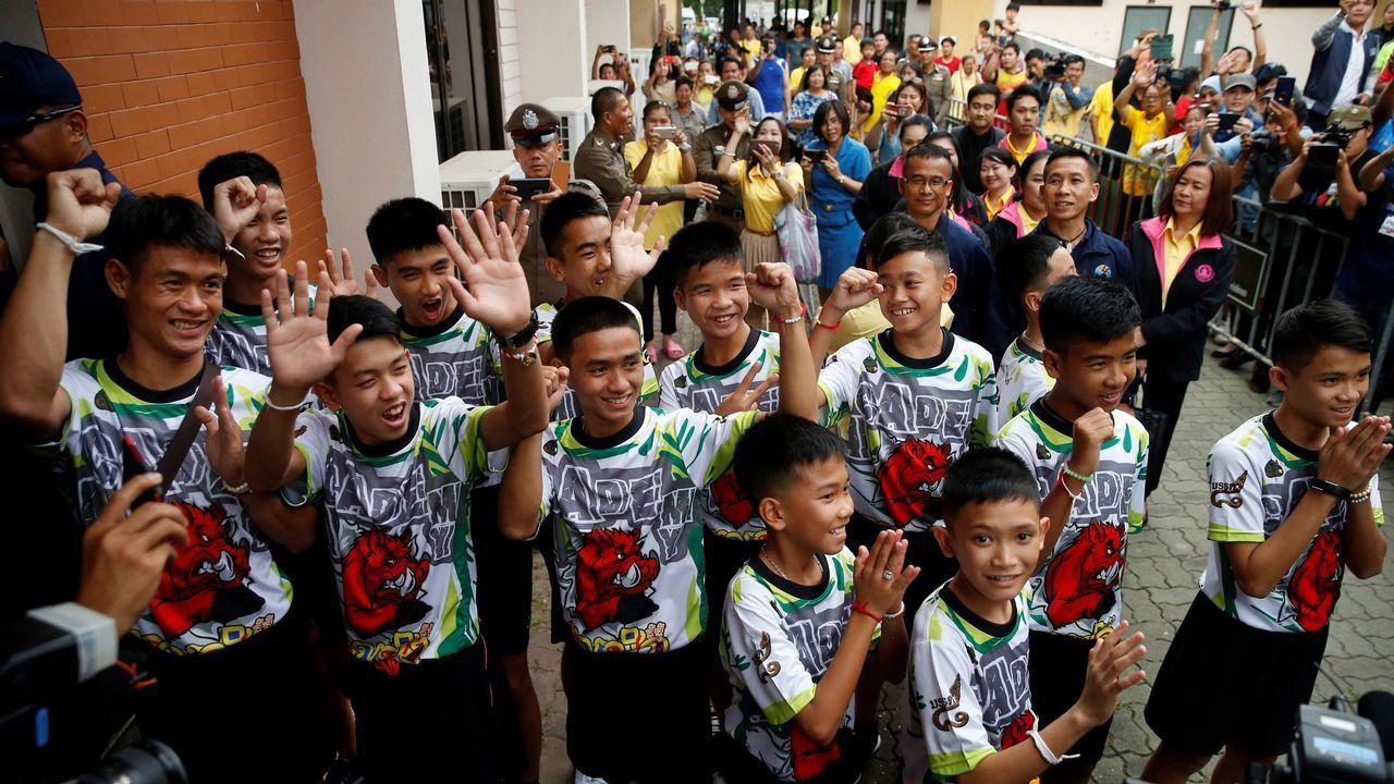 Siete años de prisión para los dos periodistas de Reuters en Birmania.Los doce niños rescatados en la cueva saludan al público presente en su salida del hospital tras una semana ingresados