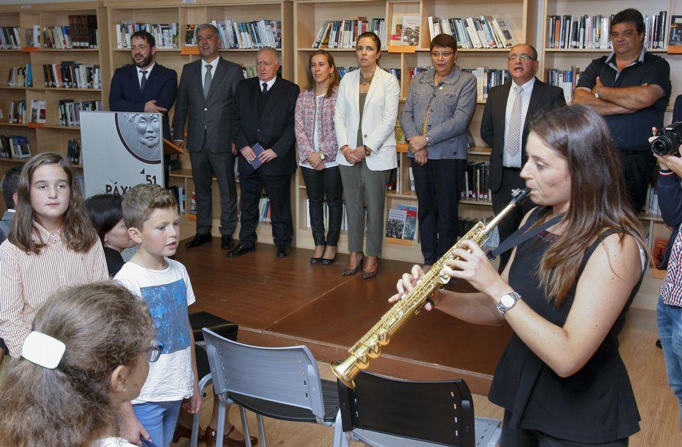 La Feira das Fabas llena Ponteceso de sabor.A inauguración da exposición concluíu coa interpretación do «Himno Galego».