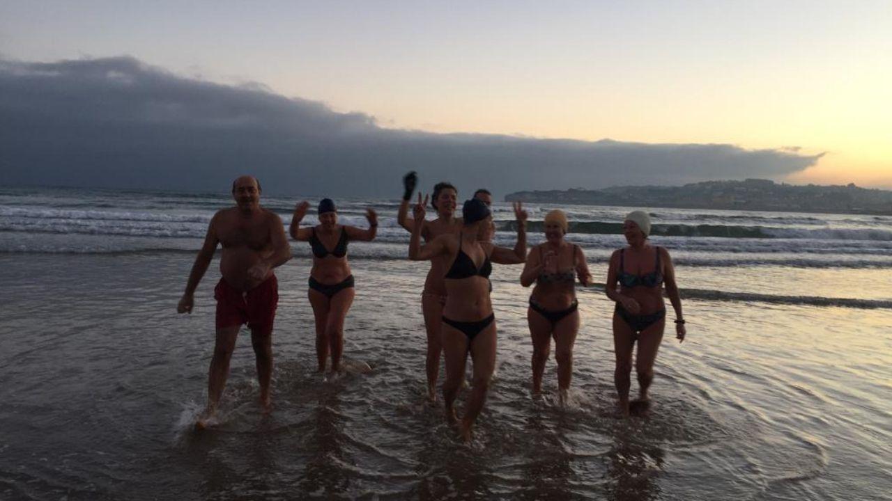 El grupo de bañistas al que pertenece Elena Mosquera (segunda por la izquierda), tras uno de sus chapuzones a primera hora del día, hace unas semanas