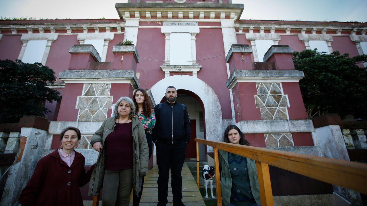 Miembros de Proxecto Cárcere, este jueves, frente al edificio, al que ya no pueden entrar después de haberlo abierto al público en agosto del año pasado y diciembre, cuando el Ayuntamiento les comunicó que no renovaría el convenio con Interior