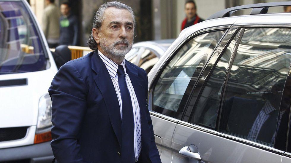 La peineta de Pablo Crespo a su llegada a la Audiencia Nacional.Francisco Correa llegando hoy al juicio