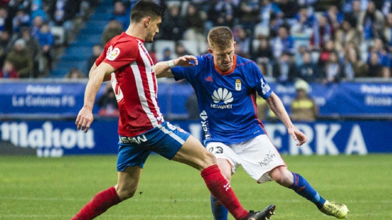 Mossa Sergio Alvarez Real Oviedo Sporting derbi Carlos Tartiere.Mossa y Sergio Alvarez luchan por un balon