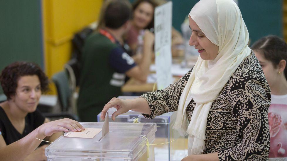 .Una mujer ejerce su derecho al voto este mediodía en un colegio electoral del barrio de Triana en Sevilla.