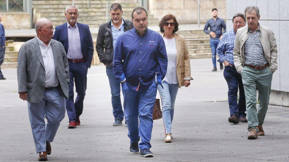 El secretario general del SOMA-FITAG-UGT, José Luis Alperi (c), acompañado de responsables del sindicato, a su llegada a la Sección Tercera de la Audiencia Provincial de Oviedo donde ha sido citado como testigo.