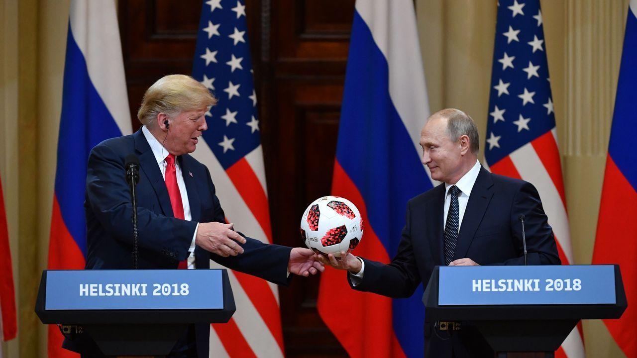 Putin entrega un balón a Trumo en lo que parece la recreación de la famosa escena de «El gran dictador»