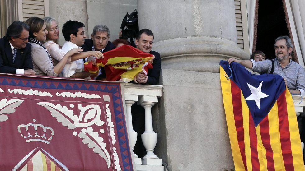 Guerra de banderas en el balcón del Ayuntamiento de Barcelona.