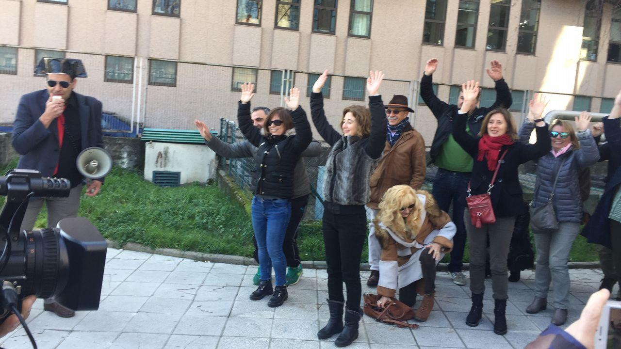 Funcionarios de Justicia en huelga hacen un simulacro del 23-F en Vigo.