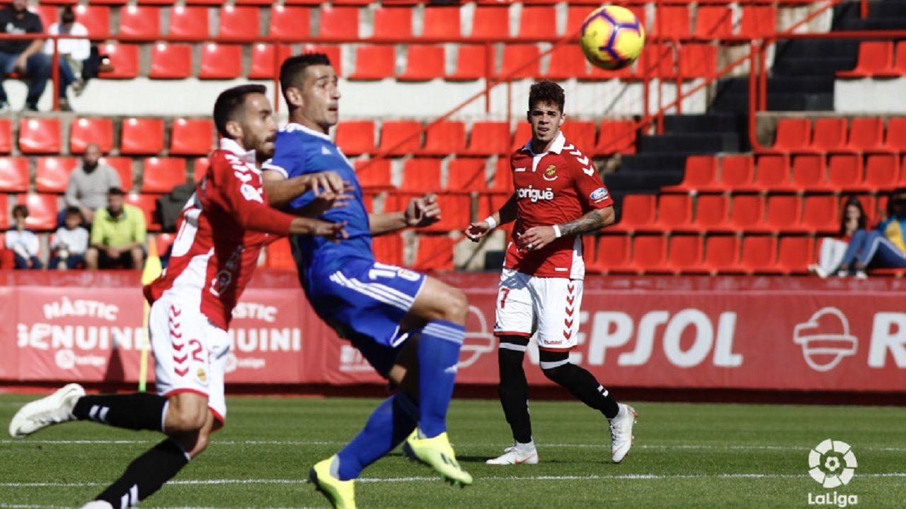 Comparecencia de Anquela en la previa a la visita a Riazor.Saúl Berjón protege un balón en el Nàstic-Oviedo
