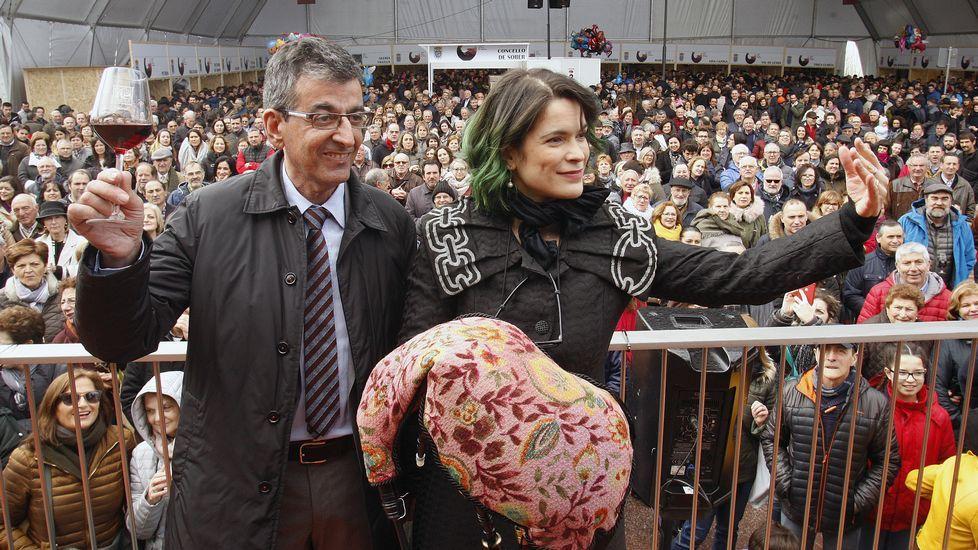 El alcalde de Sober, Luis Fernández Guitián, y la gaiteira Cristina Pato, tras la lectura del pregón