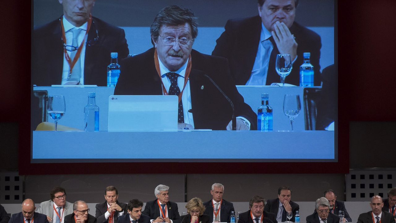 Villar deja sus cargos en la FIFA y en la UEFA.Juan Luis Larrea, nuevo presidente de la Real Federación Española de Fútbol