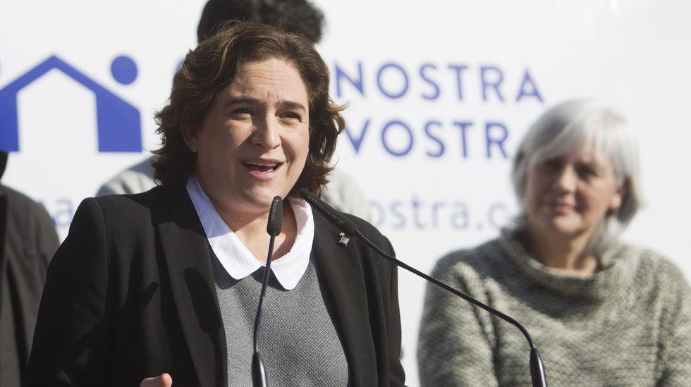 Colas en el Kiosko de la plaza de Ourensepara sacar las entradas para Joaquín Sabina.La alcaldesa Ada Colau