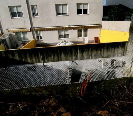 KowaPH.Los ladrones rompieron la malla para saltar el muro.