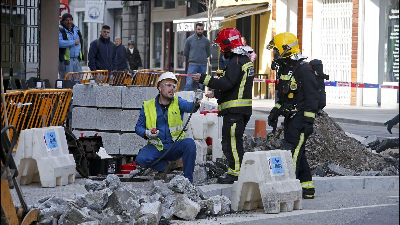 Escape de gas en la calle Fernando Olmedo al perforar una excavadora la tubería