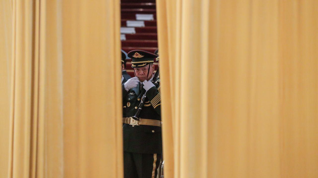 Un miembro de la banda de música militar se prepara para la ceremonia de bienvenida al presidente de Finlandia, Sauli Niinistö, en el Gran Palacio del Pueblo en Pekín
